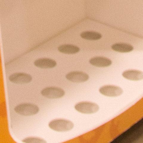 Wkładka do półek z wyciętymi otworami.